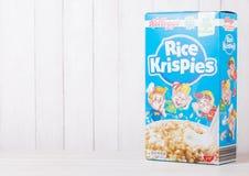 伦敦,英国- 2018年6月01日:箱凯洛格` s米Krispies在白色木头的早餐谷物 图库摄影