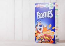 伦敦,英国- 2018年6月01日:箱凯洛格` s Frosties在白色木头的早餐谷物 Frosties是普遍的早餐谷物ma 库存照片