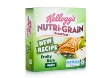 伦敦,英国- 2017年12月15日:箱子凯洛格` s品牌Nutri五谷软性烘烤了在白色的早餐吧台 做用真正的果子和W 免版税库存图片