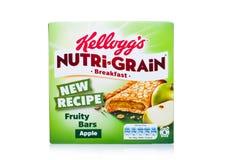 伦敦,英国- 2017年12月15日:箱子凯洛格` s品牌Nutri五谷软性烘烤了在白色的早餐吧台 做用真正的果子和W 库存图片