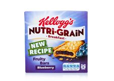 伦敦,英国- 2017年12月15日:箱子凯洛格` s品牌Nutri五谷软性烘烤了在白色的早餐吧台 做用真正的果子和W 库存照片