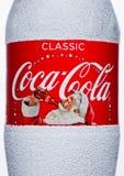 伦敦,英国- 2017年11月17日:经典可口可乐瓶标签在白色的 可口可乐是其中一个最普遍的苏打产品  库存照片