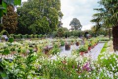 伦敦,英国- 2017年8月18日:肯辛顿宫殿庭院 库存照片