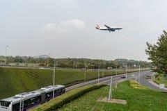 伦敦,英国- 2017年9月27日:英国航空公司航空公司空中客车A320 G-EUYN着陆在伦敦海斯罗国际机场 免版税库存照片