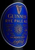 伦敦,英国- 2018年1月02日:装瓶吉尼斯黑麦在白色的麦酒啤酒标签  吉尼斯啤酒自1759以来被生产了寸 免版税库存照片