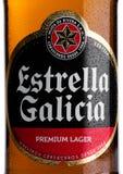 伦敦,英国- 2017年11月17日:装瓶埃斯特里拉加利西亚苍白贮藏啤酒在白色的桶装啤酒标签  埃斯特里拉加利西亚是由H生产的 库存图片