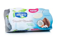 伦敦,英国- 2018年1月10日:Alpro与椰子味道的点心片刻包裹在白色 免版税库存照片
