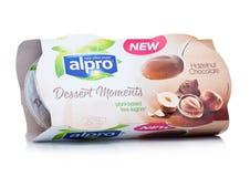 伦敦,英国- 2018年1月10日:Alpro与榛子巧克力味道的点心片刻包裹在白色 免版税图库摄影