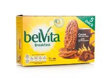 伦敦,英国- 2017年12月07日:belVita在白色的早餐可可粉 belVita饼干用提供四个小时的整粒做 库存图片