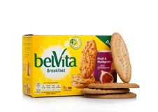 伦敦,英国- 2017年12月07日:belVita早餐果子& Multigrain在白色 belVita饼干用整粒做那provi 库存图片