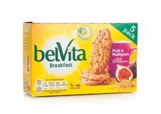 伦敦,英国- 2017年12月07日:belVita早餐果子& Multigrain在白色 belVita饼干用整粒做那provi 免版税库存图片
