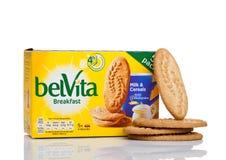 伦敦,英国- 2017年12月07日:belVita早餐牛奶&谷物在白色 belVita饼干用提供f的整粒做 免版税库存图片