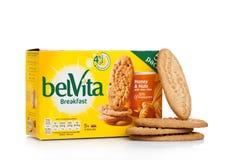 伦敦,英国- 2017年12月07日:belVita早餐蜂蜜&燕麦在白色 belVita饼干用提供fou的整粒做 免版税库存图片