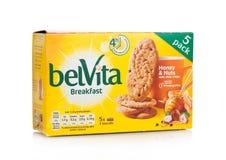 伦敦,英国- 2017年12月07日:belVita早餐蜂蜜&燕麦在白色 belVita饼干用提供fou的整粒做 库存图片
