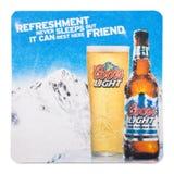 伦敦,英国- 2018年2月04日:Coors Light啤酒在白色隔绝的beermat沿海航船 免版税库存照片