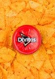 伦敦,英国- 2017年12月01日:Doritos与热的辣调味汁垂度的玉米片 免版税库存照片