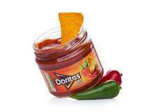 伦敦,英国- 2017年12月01日:Doritos与热的辣调味汁的玉米片浸洗用蕃茄和胡椒在白色 库存图片