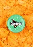 伦敦,英国- 2017年12月01日:Doritos有凉快的酸性稀奶油的玉米片容器和香葱浸洗与烤干酪辣味玉米片 免版税库存照片