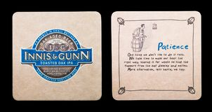 伦敦,英国- 2018年3月01日:Innis &冈恩敬酒了在白色隔绝的橡木ipa原始的beermat沿海航船 库存照片