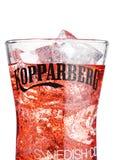伦敦,英国- 2018年3月10日:Kopparberg优质萍果汁冷玻璃杯在白色的 库存照片