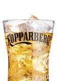 伦敦,英国- 2018年3月10日:Kopparberg优质萍果汁冷玻璃杯在白色的 库存图片