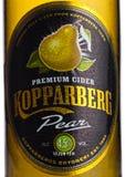 伦敦,英国- 2018年3月10日:Kopparberg优质萍果汁冷的瓶标签与梨味道的在白色 图库摄影