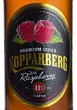 伦敦,英国- 2018年3月10日:Kopparberg优质萍果汁冷的瓶标签与莓味道的在白色 库存照片