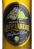 伦敦,英国- 2018年3月10日:Kopparberg优质萍果汁冷的瓶标签与elderflower和石灰味道的在白色 免版税库存图片