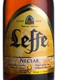 伦敦,英国- 2018年3月10日:Leffe在白色的花蜜啤酒冷的瓶标签  Leffe由Abbaye de Leffe做在比利时 免版税库存图片
