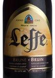 伦敦,英国- 2018年3月10日:Leffe Brune啤酒冷的瓶标签在白色的 Leffe由Abbaye de Leffe做在比利时 库存照片