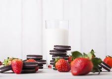 伦敦,英国- 2018年5月03日:Oreo草莓原始的曲奇饼用新鲜的莓果和杯牛奶 免版税库存照片