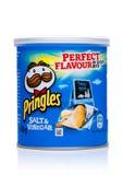 伦敦,英国- 2017年11月17日:Pringles在微型管的土豆片醋在白色 土豆和基于麦子的可堆叠的快餐芯片 免版税库存照片
