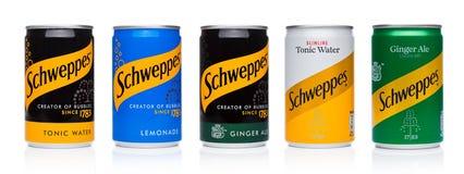 伦敦,英国- 2017年11月10日:Schweppes装罐苏打在白色的饮料口味 博士Pepper Snapple Group是当前所有者  库存图片