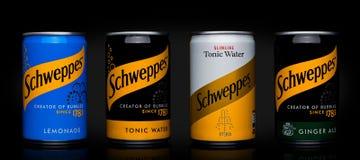 伦敦,英国- 2017年11月10日:Schweppes装罐苏打在黑色的饮料口味 博士Pepper Snapple Group是当前所有者  免版税图库摄影