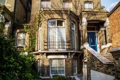 伦敦,英国- 4月, 13日:有白色花边窗帘的英国房子 库存图片