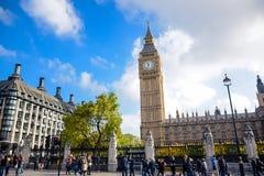 伦敦,英国- 2016年10月:议会受欢迎的旅游胜地、议院和大本钟在伦敦 图库摄影