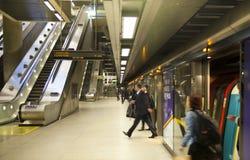 伦敦,英国- 2014年5月14日伦敦管,金丝雀码头驻地,最繁忙的驻地在伦敦,带来大约100 000个办公室工作者 免版税库存图片