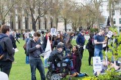 伦敦,英国- 2017年4月1日, 青年人聚集外部Parlia 图库摄影