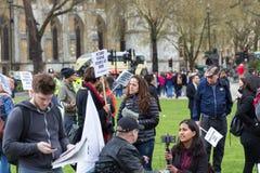 伦敦,英国- 2017年4月1日, 青年人聚集外部Parlia 库存图片