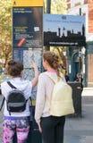 伦敦,英国- 2016年8月30日:两名未认出的学生检查在伦敦西区,伦敦的街道地图 免版税库存照片