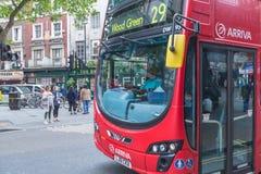 伦敦,英国- 2014年6月14日:人乘驾伦敦公共汽车在伦敦 在2014年, LB为与8000辆公共汽车很多的19,000个公共汽车站服务  在 免版税库存照片