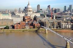 伦敦,英国- 2016年10月03日:伦敦全视图有圣保罗` s大教堂和千年桥梁的从屋顶大阳台o 免版税库存照片