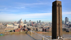 伦敦,英国- 2016年10月03日:伦敦全视图有圣保罗` s大教堂和千年桥梁的从屋顶大阳台o 库存照片