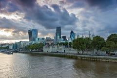 伦敦,英国- 2016年6月15日:伦敦夜地平线从塔桥梁,英国的 库存图片