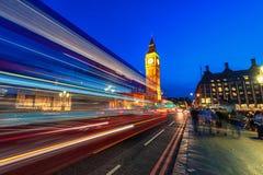 伦敦,英国- 2016年8月18日:伦敦大本钟和有威斯敏斯特宫的威斯敏斯特桥梁 由于长期的模糊的人 库存图片