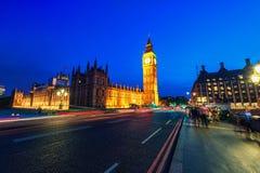 伦敦,英国- 2016年8月18日:伦敦大本钟和有威斯敏斯特宫的威斯敏斯特桥梁 由于长期的模糊的人 库存照片