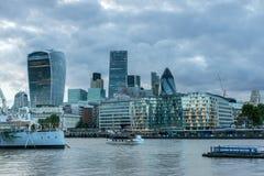 伦敦,英国- 2016年6月15日:伦敦惊人的日落地平线从塔桥梁,英国的 免版税库存图片