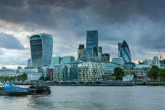 伦敦,英国- 2016年6月15日:伦敦惊人的日落地平线从塔桥梁,英国的 库存图片