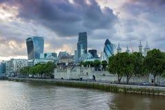 伦敦,英国- 2016年6月15日:伦敦日落地平线从塔桥梁,英国的 免版税库存照片
