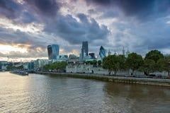 伦敦,英国- 2016年6月15日:伦敦日落地平线从塔桥梁,英国的 免版税图库摄影